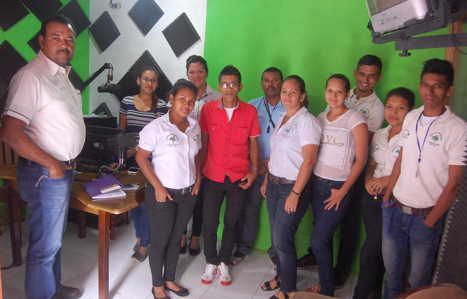 Parte del equipo de La Costeñísima, en Bluefields, junto a su director Sergio León Corea. Foto Luis García | La Costeñísima